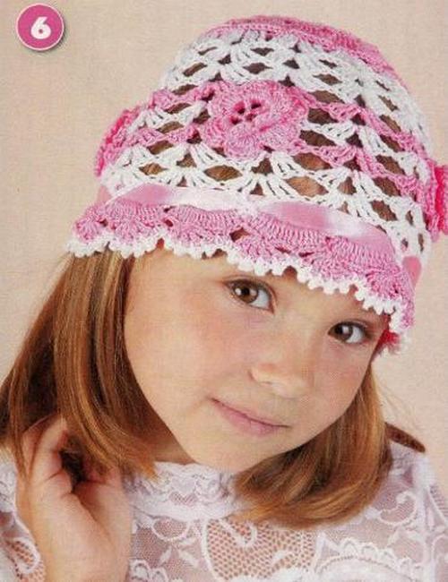 Детская шапочка связанная крючком, украшена атласной летной и связанными крючком цветами